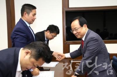 [크기변환]컨퍼런스 참석자와 인사나누는 이주영 국회부의장.jpg
