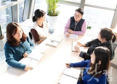 [크기변환]용산구청 기획예산과 구정연구팀이 16일 청내에서 새해 연구과제 선정을 위한 회의를 가졌다 (1).jpg
