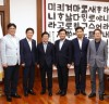 [국회의장]     최교진 전국시도교육감협의회 회장 등 임원단 에방 받아